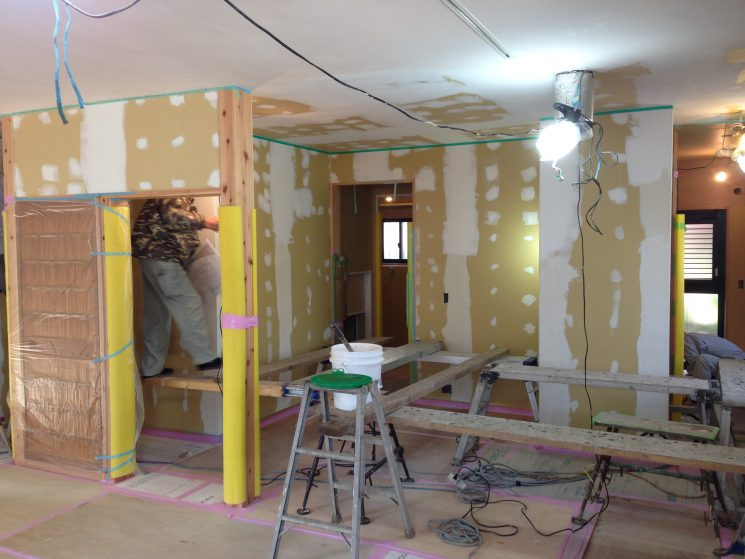 壁下地の凸凹をパテ処理で平らにします。これから塗っていきます。