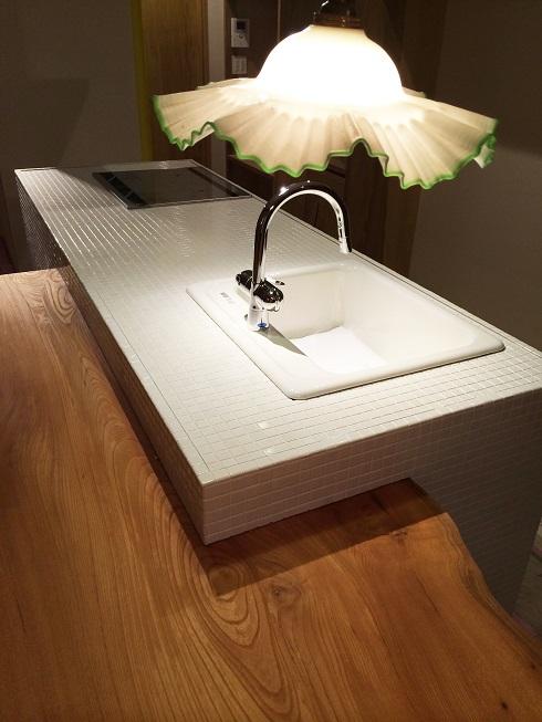 ダイニングテーブル一体型のアイランドキッチン