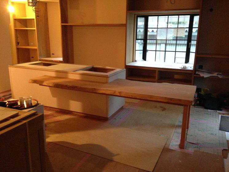 キッチンにテーブルがかみ合わさった形にしています。