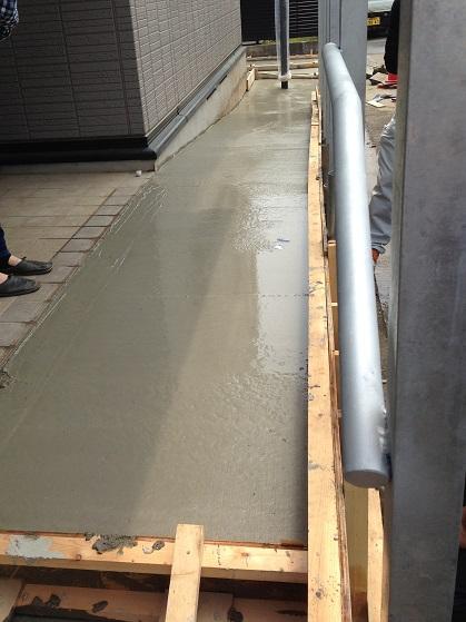 コンクリートを打設し、少し固まってきたところ。