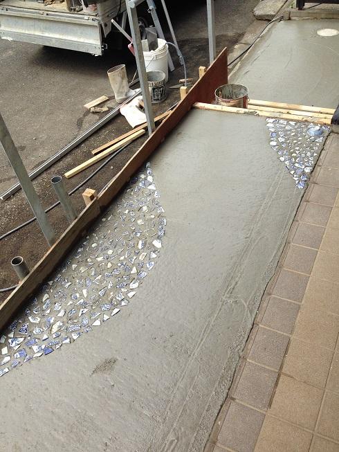 並べ終わったところ。コンクリートは乾きはじめています。