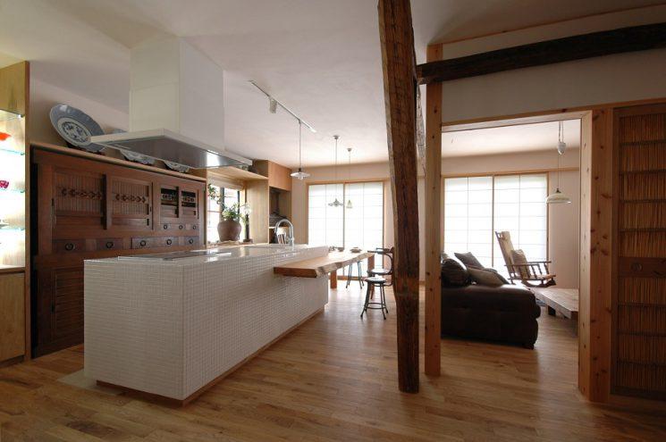 ケヤキ一枚板のテーブル一体型の、モザイクタイル張りアイランドキッチン