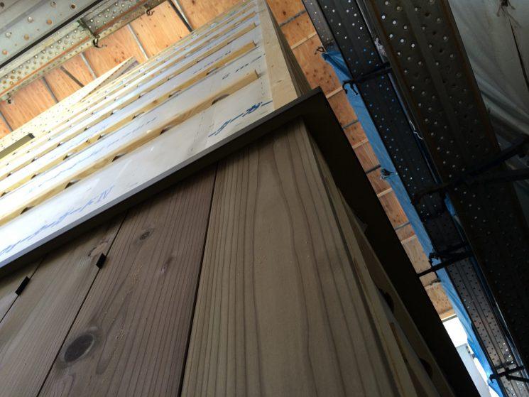 外壁の杉板を一階から張り始めたところ。杉板は一枚ずつ張ります。