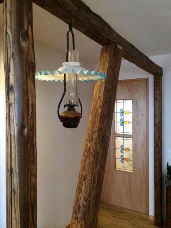 飾り梁にお施主様が取り付けたランプ。空間にマッチしています