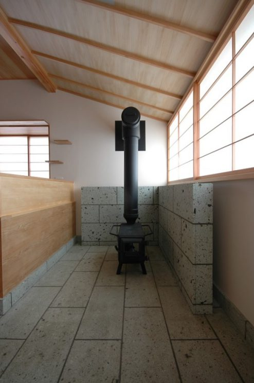 リビングに面した土間にカラマツストーブが設置されました