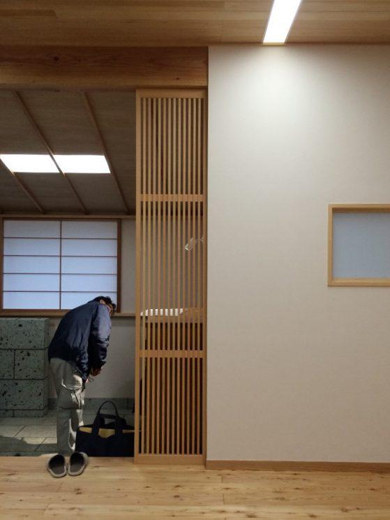 内玄関とリビングの間には縦格子のスクリーンを設けました