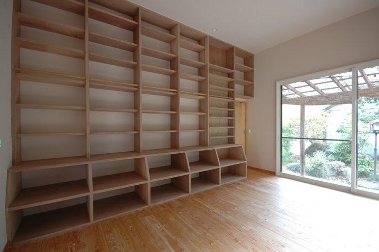 壁面に設けた大きな本棚